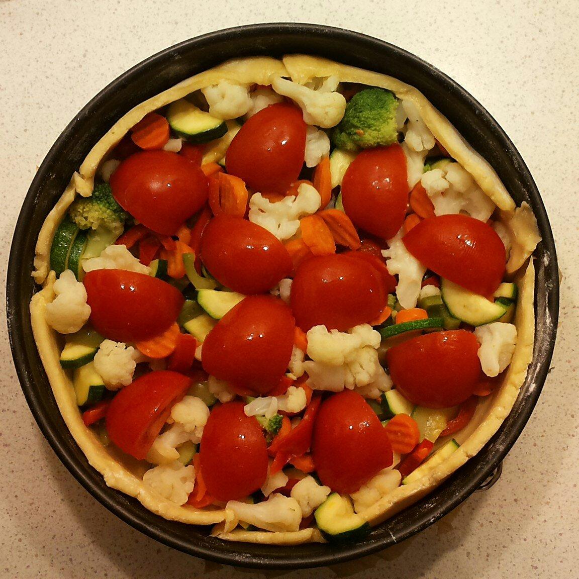 Gemüsekuchen in Backform - gefüllt