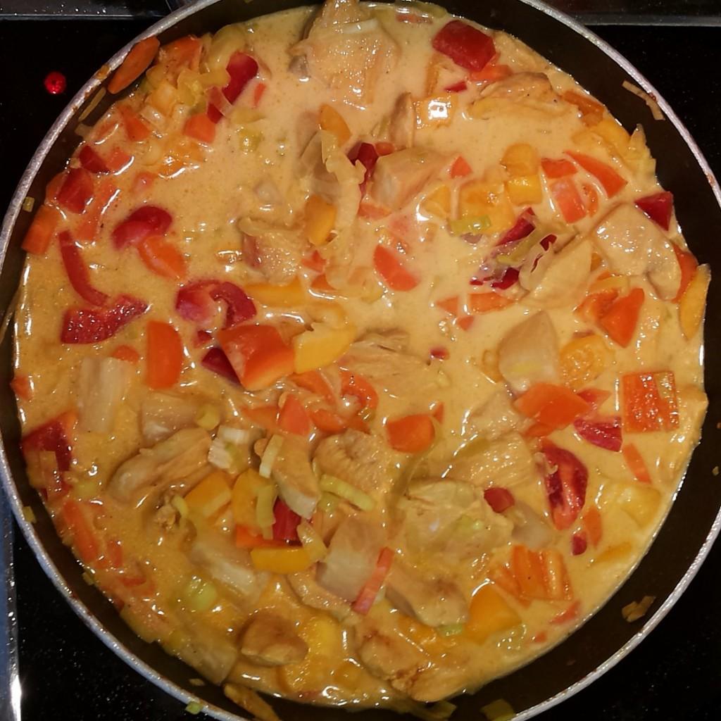 Curry- Huehnchen- Pfanne mit Gemuese und Kokosmilch