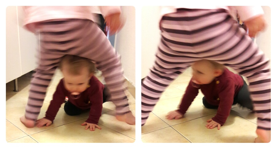 Krabbelndes Baby mit Schwester im Flur
