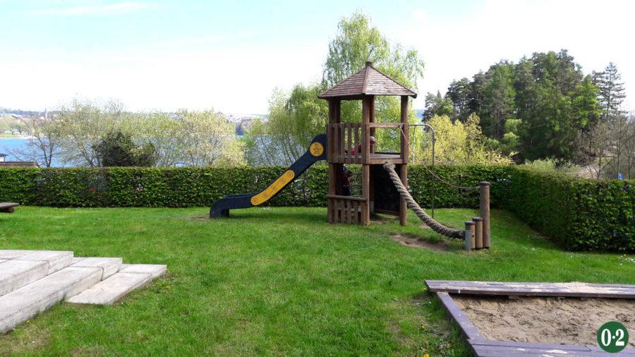 Klettergerüst im Vorgarten der Jugendherberge am Möhnesee