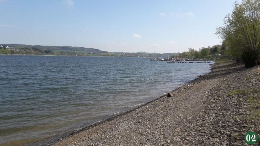 Südufer mit Segelschiffen am Möhnesee