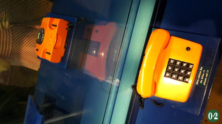 Orangenes Wählscheiben- & Tastentelefon