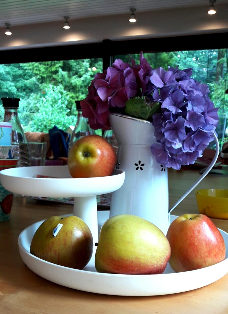 Obst und Blumen auf dem Eßtisch