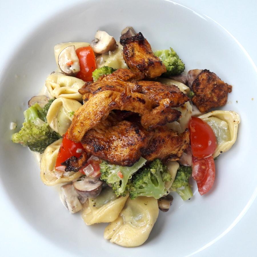 Tortellinipfanne mit Brokkoli & Champignons, dazu mariniertes Hühnchen