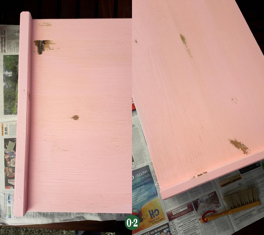 Der matte Klarlack läßt nach dem Trocknen die Farbe über den Astlöchern abplatzen