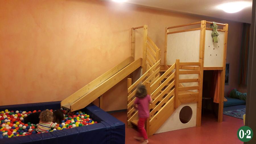 Spielzimmer der Jugendherberge Jever mit Bällebecken