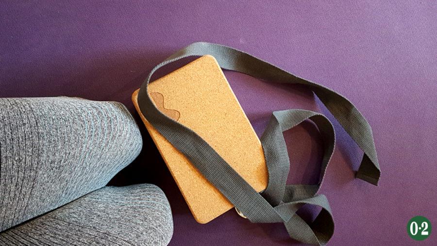 Yoga- Matte aus Naturkaustchuk, Yoga- Klotz aus Kork und Yoga- Gurt aus Baumwolle