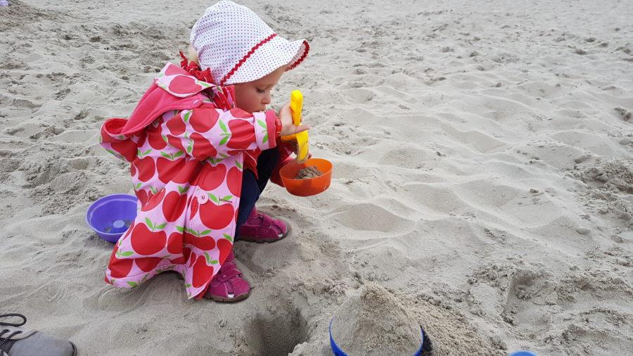 Sandburgen bauen an Texels Strand