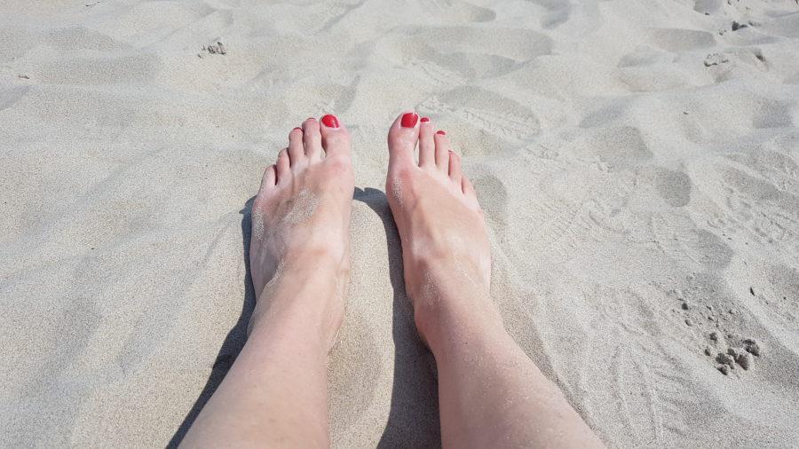 Füsse im Sand an Paal 31 auf Texel